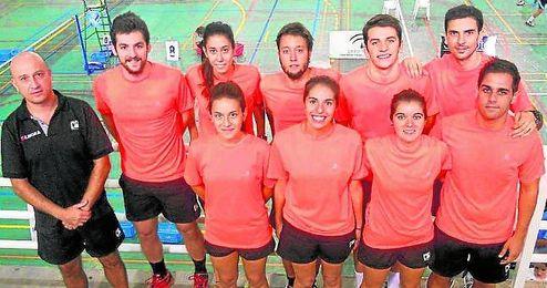 Los equipos del Club B�dminton Triana se entrenan en las instalaciones municipales del Pabell�n Mar del Plata.