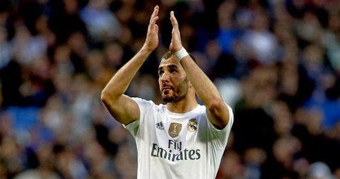 Benzema se marchó ovacionado por el Bernabéu.