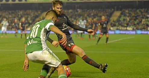 Dani Ceballos encara a su par en el Celta-Betis.