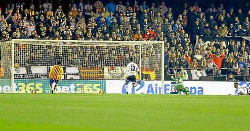 Momento en el que Luis Suárez anota el 0-1 para el Barcelona.
