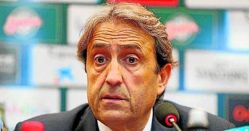 En la imagen, el entrenador del CB Sevilla Luis Casimiro en sala de prensa.