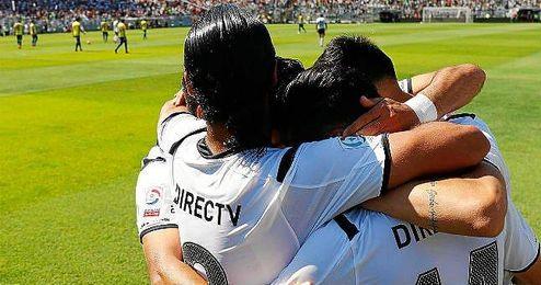 Jugadores de Colo Colo celebrando la victoria ante los Wanderers.