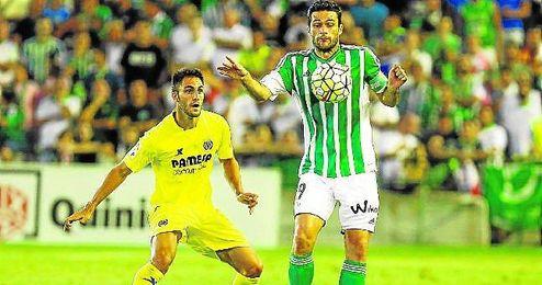 Jorge Molina controlando un bal�n ante el Villarreal.