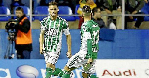 Rubén Castro celebrando un tanto anotado con Varela.