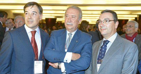 De izquierda a derecha: Jos� Luis Moscoso, Pedro Ellauri y Luis Gal�n, nuevos consejeros del Sevilla.