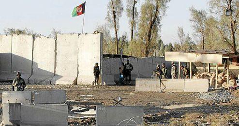 Las fuerzas del orden aguardan cerca del aeropuerto de Kandahar.