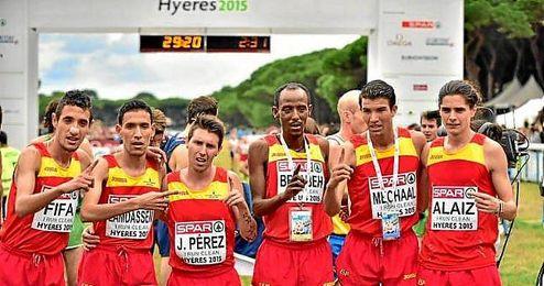El equipo espa�ol celebra en l�nea de meta el oro por equipos.