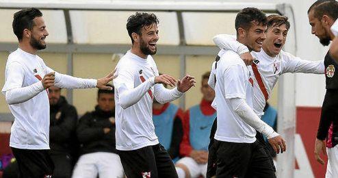 Los sevillistas celebran el gol de la victoria.