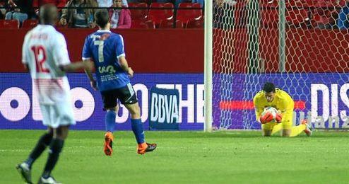David Soria atrapa el balón tras un disparo del Logroñés.