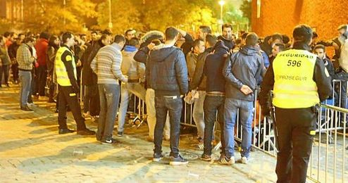Desde anoche, cientos de sevillistas formaron cola para tener su entrada del derbi.