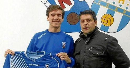 El jugador posa con la elástica de su nuevo club.