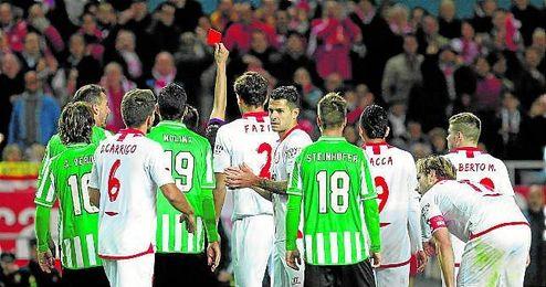 Esta imagen del árbitro con la tarjeta roja en la mano ha sido habitual en los últimos derbis.