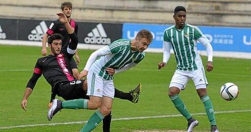 Loren remeta para hacer el 1-0 ante el Almería B.