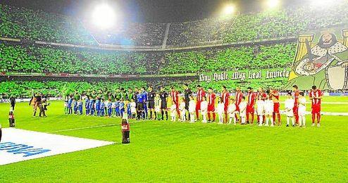 En la imagen, el once verdiblanco, junto al sevillista, momentos antes del comienzo del primer derbi de la temporada 2015/2016.