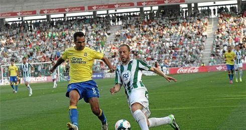 Juanlu disputando un partido con la camiseta del C�rdoba.