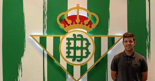 Aitor Ruibal, nuevo jugador del Betis B, posa para el club verdiblanco