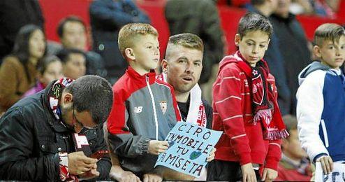 Imagen de varios niños en el Sevilla-Valencia.