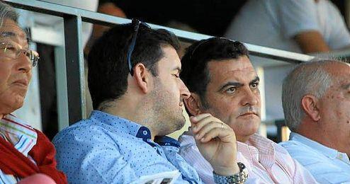 Alonso Arias (segundo por la derecha) ha asumido de forma provisional la presidencia alcalareña.