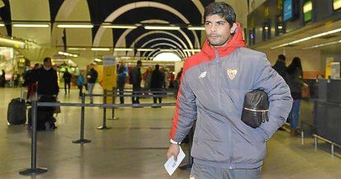 �ver Banega, en el aeropuerto de Sevilla, momentos antes de partir con la expedici�n nervionense