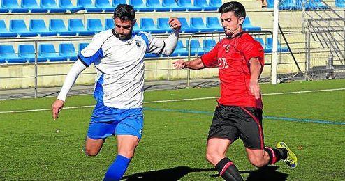 El extremo blanquiazul Juan Gómez se dispone a golpear el esférico en un lance de ayer frente a la Roteña.
