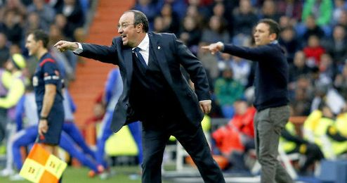 Benítez da instrucciones a sus jugadores durante el partido frente a la Real Sociedad.