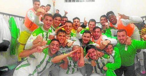 El Córdoba B celebró el triunfo en el vestuario de Las Cabezas.
