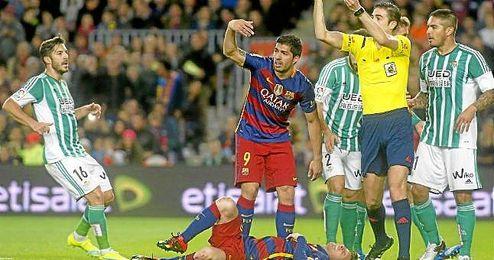 Messi se duele tras su choque con Adán.