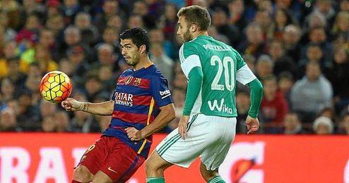 Pezzella se mide a Luis Suaréz en el partido del Camp Nou contra el Barcelona.
