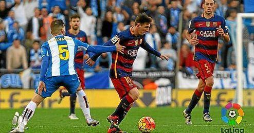 Messi intenta zafarse de �lvaro.