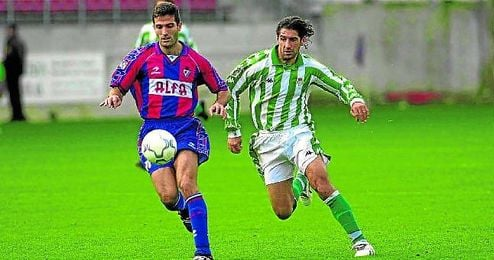 El bético Amato persigue el balón en el último duelo entre el Betis y el Eibar, en la 00/01.