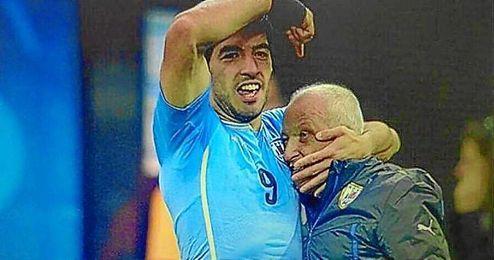 Luis Suárez dedica un gol a Ferreira en el Mundial de Brasil.