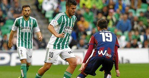 En la imagen, un lance de juego del Betis-Eibar entre Ceballos y Luna.