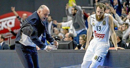 El técnico del Real Madrid, Pablo Laso, gesticula en presencia del canario Sergio Rodríguez.