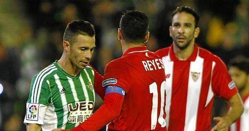 Reyes consuela a Rubén Castro tras fallar el penalti que podría haber metido al Betis en la eliminatoria.