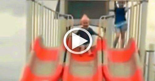 (Vídeo) Una peculiar forma de bajar del tobogán