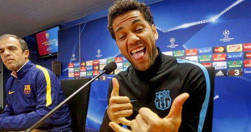 Alves bromea durante una rueda de prensa