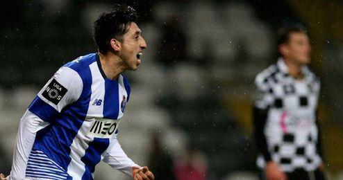 El mexicano H�ctor Herrera celebra uno de sus goles ante el Boavista