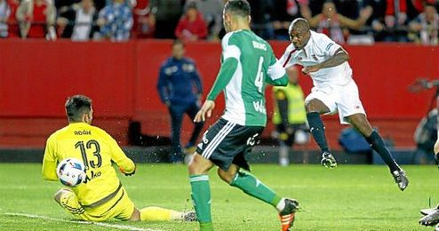 El gol de Gaël Kakuta es el décimo seguido que marca el Sevilla en los derbis.