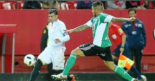 Reyes y Vargas, en un lance del derbi de Copa.