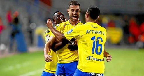 Aythami y Wakaso celebran uno de los goles de los amarillos ante el Eibar.