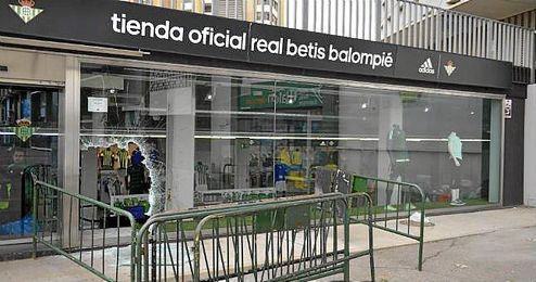 Aspecto de la tienda del Benito Villamar�n tras el robo, con la cristalera rota.