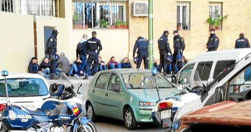 Aficionados del Málaga retenidos por la policía en Rochelambert.