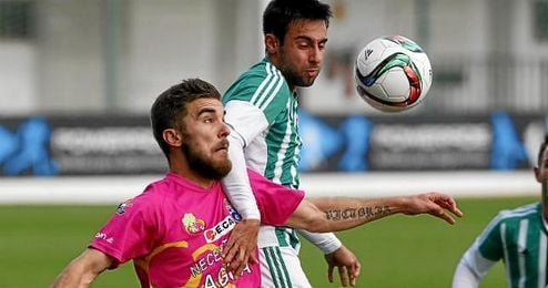 Rafa Navarro pugna por un balón aéreo con un rival.