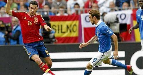 Sergio Busquets defendiendo la camiseta de España en un partido ante Italia.