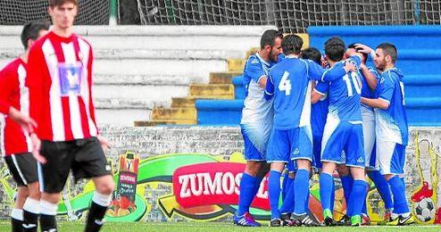 Los jugadores del Nervi�n celebran uno de los goles de ayer.