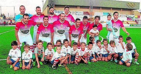 Joni (de pie, segundo por la izquierda) posa en el once que saltó contra el Córdoba B.