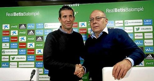 Juan Merino, acompañado de Juan Carlos Ollero, el día de su presentación.
