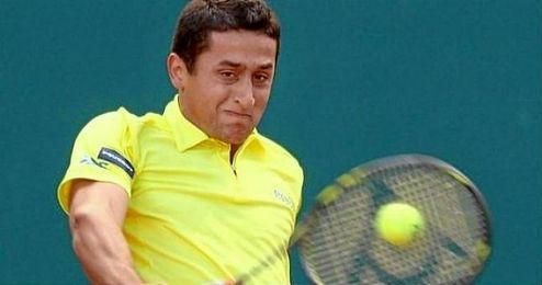 En la imagen, el tenista espa�ol Nicol�s Almagro restando una bola.