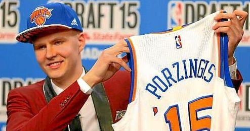 Porzingis posa con su camiseta de los Knicks tras el ´Draft 2015´.
