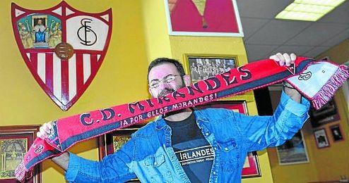 Eduardo Cruz posa para ED en la sede de la Peña Sevillista Al Relente.